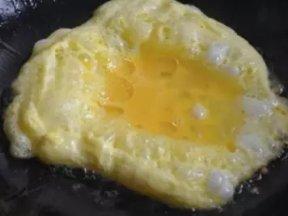 煮菜30年了我現在才知道! 原來「煎蛋」時要加這樣東西!難怪飯店賣的煎蛋口感又綿又滑!趕快記起來!!